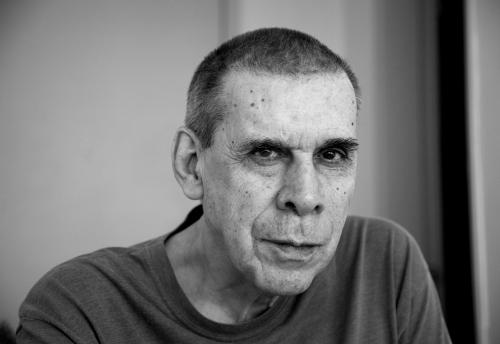 Foto: © BEL PEDROSA. O escritor Sérgio Sant'Anna, em seu apartamento, em Laranjeiras. Rio de Janeiro.