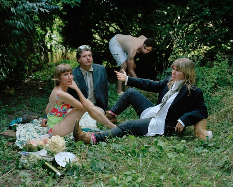 Sheila Heti, Margoux Williamson, Sholem Krishtalka e Ryan Kamstra em recriação de Le déjeuner sur l'herb, de Manet