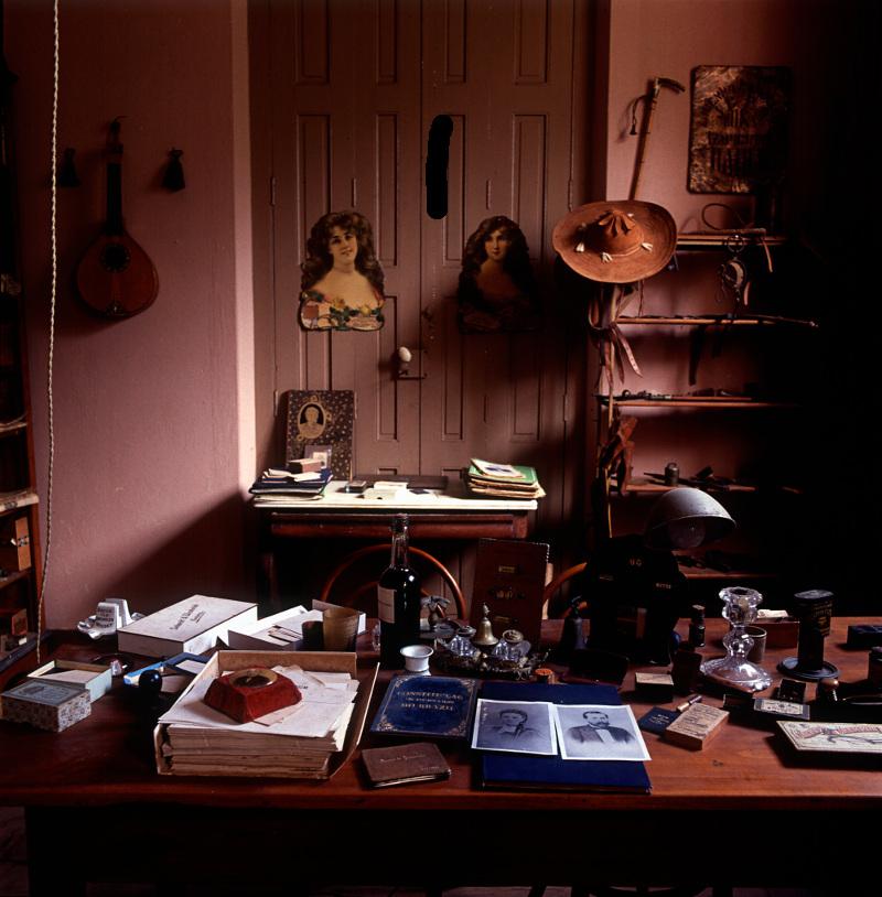 Mesa de trabalho que pertenceu ao Barão de Jeremoabo, na Fazenda Santo Antônio do Camaciatá (BA), 1980. Fotografia de Mario Cravo Neto sobre Canudos. / Acervo IMS